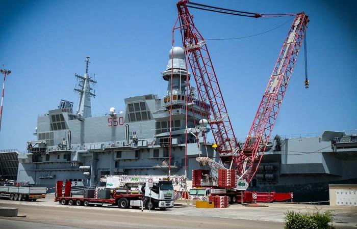 Movimentazione portuale   sollevamento piattaforma105t nave militare con gru AC-2800