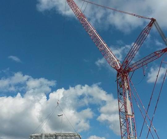 manutenzioni industriali | sostituzione copertura capannoni con autogru Demag TC2800
